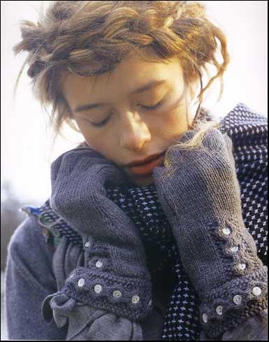 Вязаные спицами перчатки с пуговицами