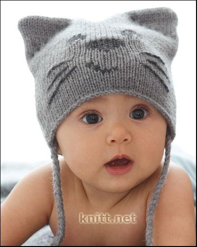 Вязанная спицами шапочка для